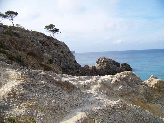 Hotel Celo Garden: Weiter entfernt, links vom Strand - die Klippen