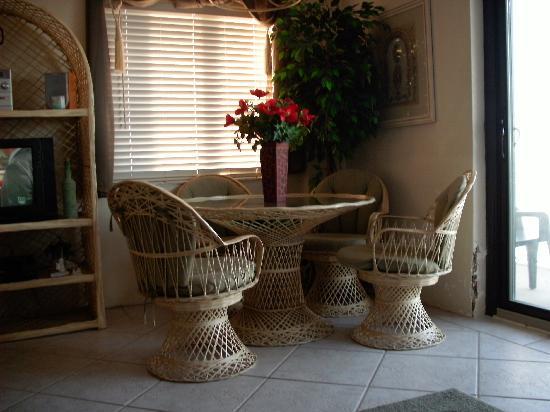 Tropical Suites Daytona Beach: Dining area
