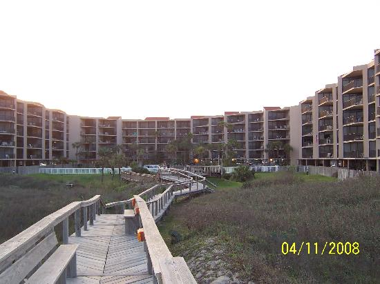 Sandcastle Condominiums & Conference Center: walkway to beach