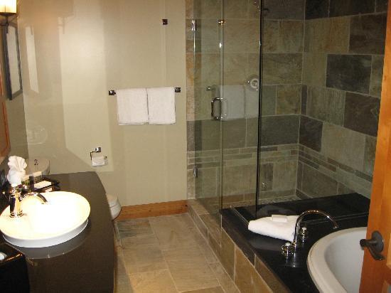 Nita Lake Lodge : Shower