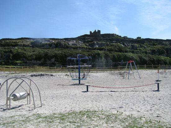 Inisheer, أيرلندا: Playground beneath O'Brien's castle