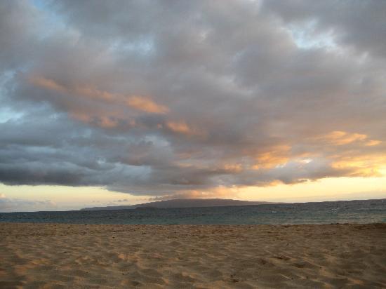 Keawakapu Beach: Keawakapu at sunset looking at Lanai