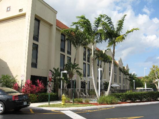 Hampton Inn Ft. Lauderdale-Commercial Blvd.: Side of Hampton Inn
