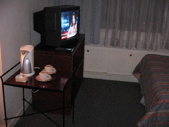 AIM Conference Center Manila: Colour TV and coffee/tea-making set