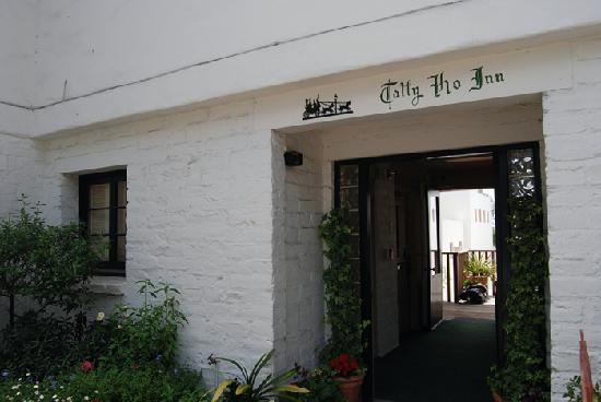 Tally Ho Inn: Entrance to Tally Ho