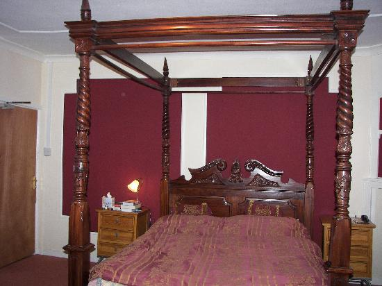 St Mary's Gate Inn: Cathedral Room bed.