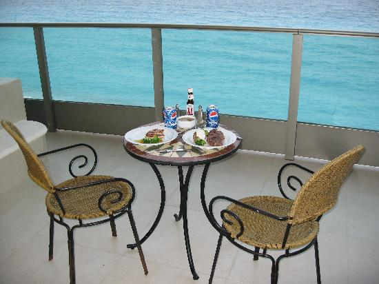Great Parnassus Family Resort: Room service on balcony