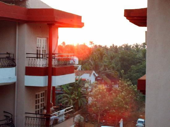 Nizmar Resort: sunset over goa from nizmar balcony