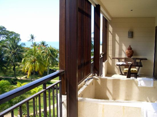 Shangri-La's Rasa Sayang Resort & Spa: Our Balcony and marble bath