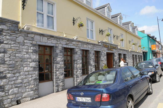 Strokestown, Irlanda: This is the street side of the hotel.