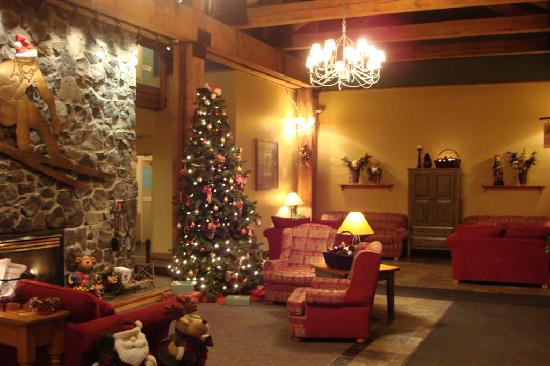 Tantalus Lodge: christmastime lobby