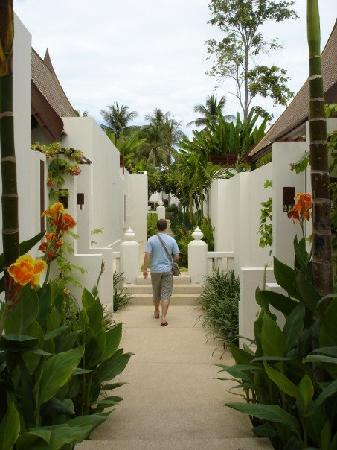 SALA Samui Resort And Spa: walkway from beach/pool/restaurant to rooms