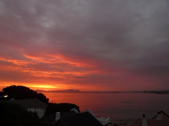 Berg en Zee Guest House: Vom Balkon: Sonnenuntergang mit Blick über die False Bay zum Tafelberg
