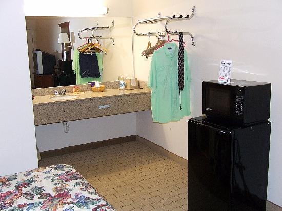 Econo Lodge Inn & Suites: Lavatory Area