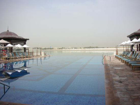Shangri-La Hotel, Qaryat Al Beri, Abu Dhabi: Pool looking away from hotel