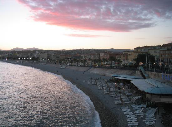 โรงแรมไนซ์การ์เดน: View of the beach