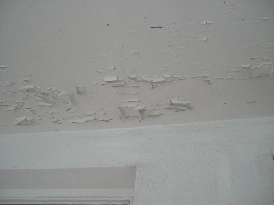 Breakaway Inn: Zustand der Decke im Zimmer