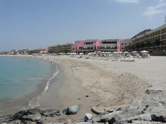 Radisson Blu Resort Fujairah: Gesamte Anlage vom Strand aus