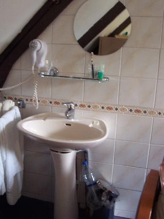 Hotel Bellington: Lavabo en habitación