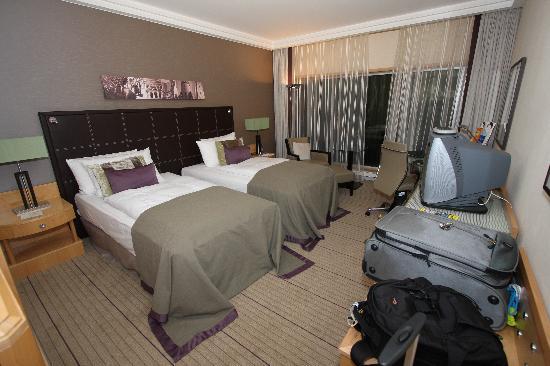 Hilton Frankfurt City Centre Twin Bed Guest Room 1