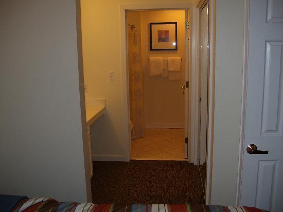 HYATT house Parsippany/Whippany: hallway to the bathroom has the sink in it