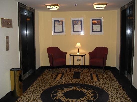 Kempinski Hotel Corvinus Budapest: pasillos de planta, salida ascensor