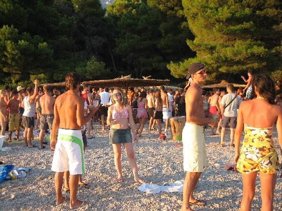 Makarska, Croacia: Buba Beach Bar: crowd