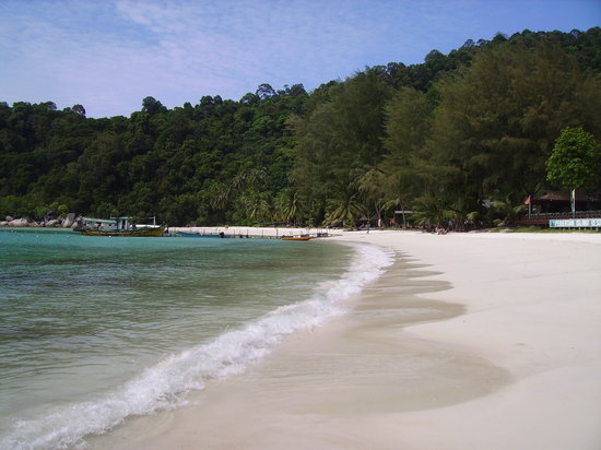 Pulau Perhentian Besar, Malaysia: The beach with an uggly old jetty in the middle but it doesn't matter