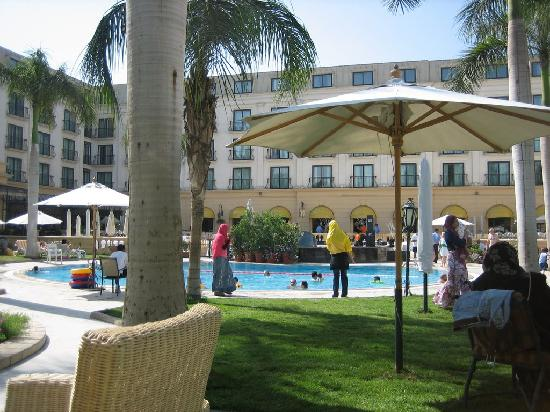 Concorde El Salam Hotel Cairo by Royal Tulip: Outdoor pool and dining