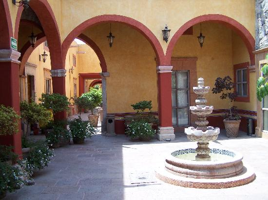 Hotel Quinta Santiago : Another courtyard at the hotel