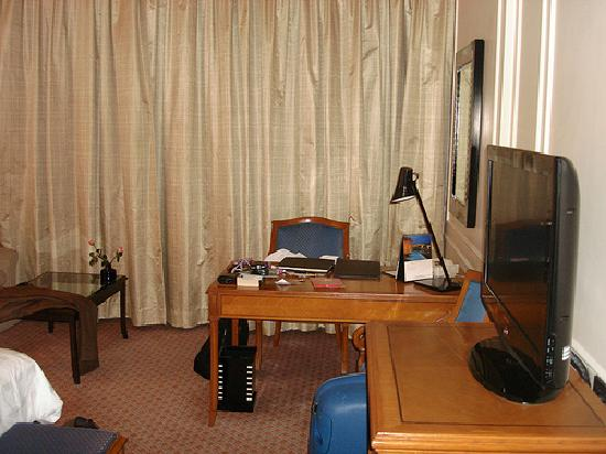 The Oberoi, Mumbai: Bedroom desk and TV