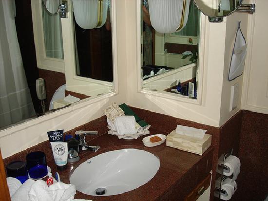 The Oberoi, Mumbai: Bathroom sink area