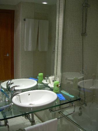 Posadas de Espana Pinto: Baño amplio y limpio