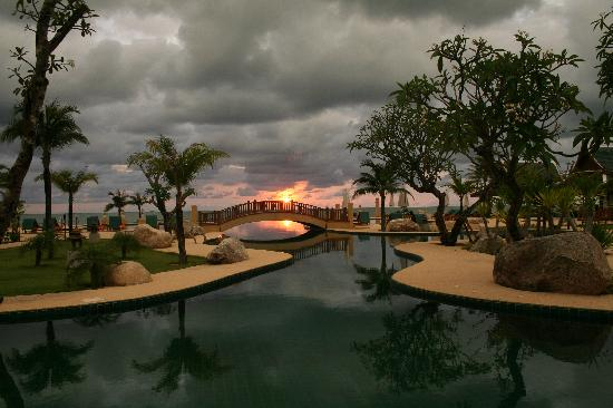 Andaman Princess Resort & Spa : Pool area -sunset