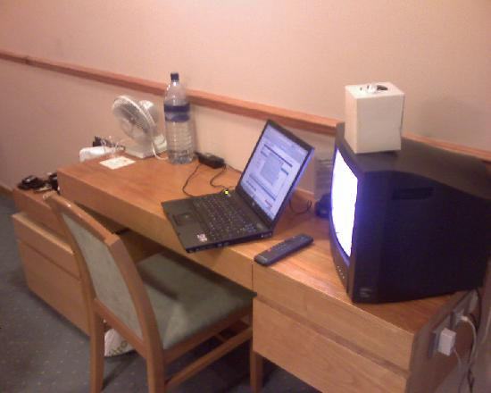 Missenden Abbey Conference Centre: Small desk but free broadband!
