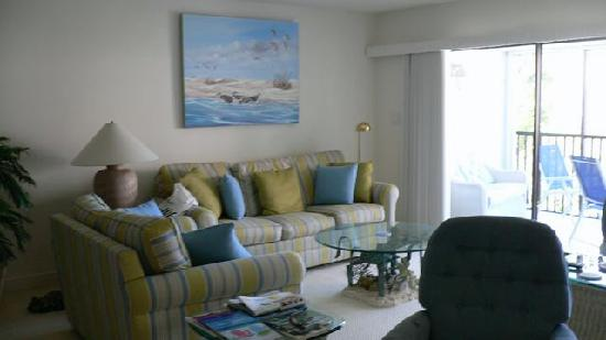 Shorewood Condominiums: lounge area