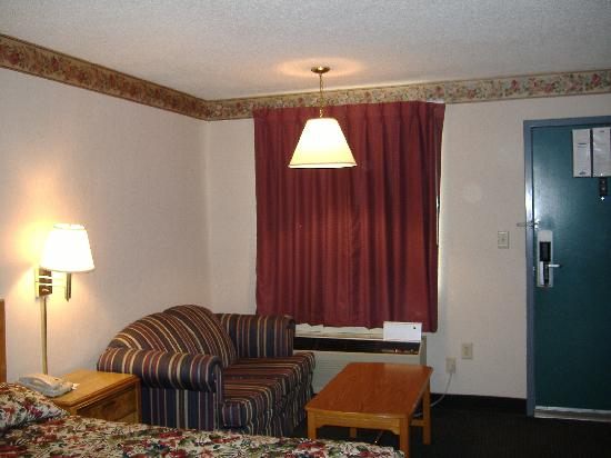 Americas Best Value Inn - Fredericksburg North: Alternate view of room