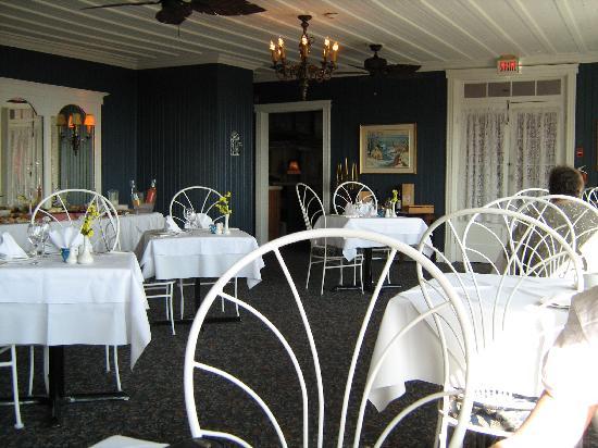Auberge des Falaises : salle à dîner