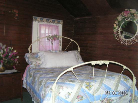 The Broken Arrow Resort: Leaning bed
