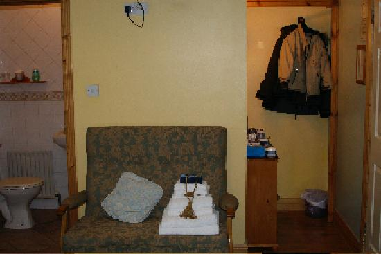 Pearse Lodge B&B: Sitting couch and to the right a desk with tea etc.