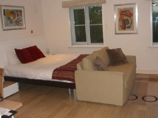 Berkeley Park by BridgeStreet: open plan bedroom