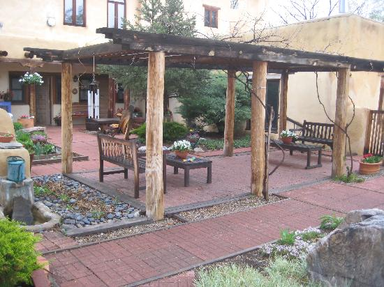 La Posada de Taos B&B: The courtyard