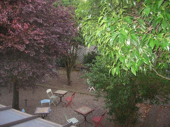 Maison sans Frontiere: Into the garden