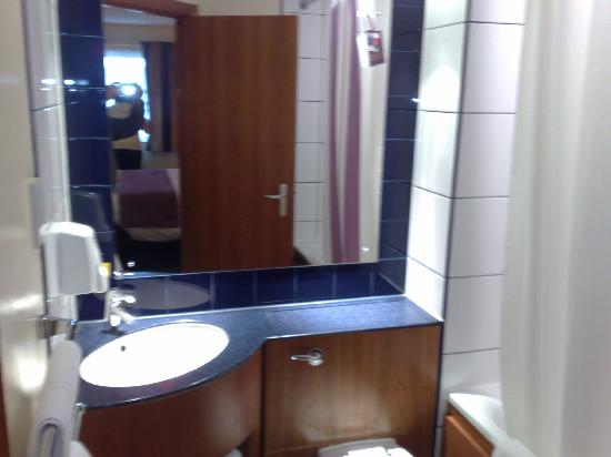 Bathroom picture of premier inn birmingham nec airport hotel birmingham tripadvisor Premiere bathroom design reviews
