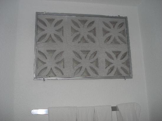 Jolly Beach Resort & Spa: Window in the bathroom