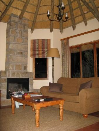 Montusi Mountain Lodge: sitting room in our cottage