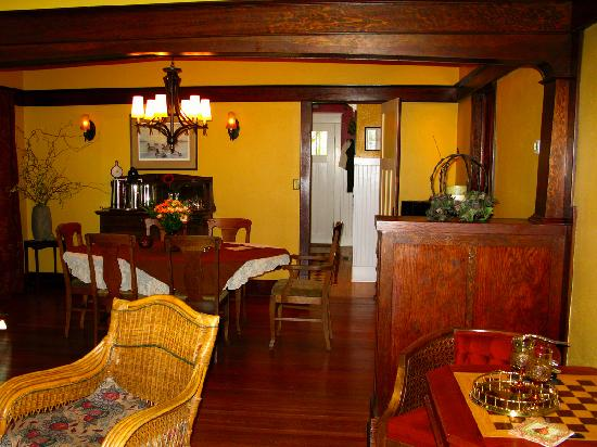 Wine Country Inn Bed & Breakfast: Breakfast Table