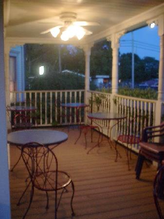 Queen of Diamonds Inn: Outdoor sitting area near the pool