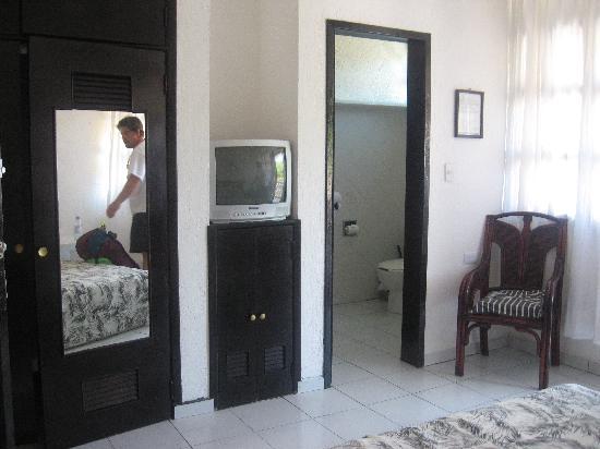 Maya del Mar: closet, tv, enterance to b.room, chair