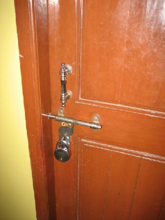 Hotel Chandra Palace: funny door lock for hotel rooms!